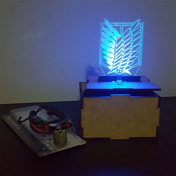 Caja mdf con luz led y pulsera logo Attak on titan